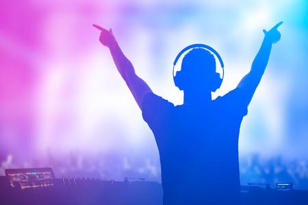 gente bailando: disc jockey carismático. Club, discoteca DJ jugar y mezclar música para gente de la muchedumbre.
