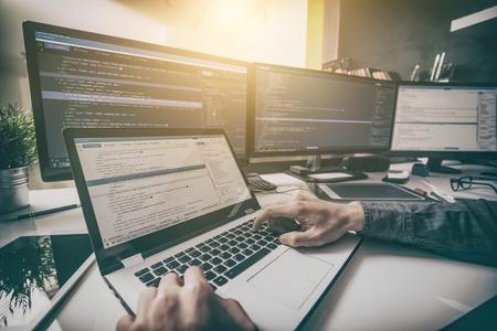 Het ontwikkelen van programmering en codering technologieën. Website ontwerp. Cyber ??ruimte concept. Stockfoto - 79147103