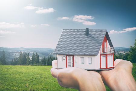 Gehäuse Haus Hand echtes Zuhause-Konzept Darlehensmittel - Lager Bild Standard-Bild - 79147253