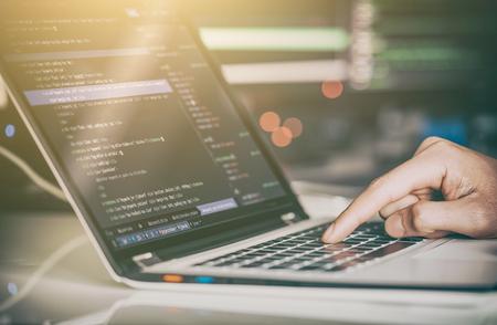 Desarrollo de tecnologías de programación y codificación. Diseño de páginas web. Concepto de espacio cibernético. Foto de archivo