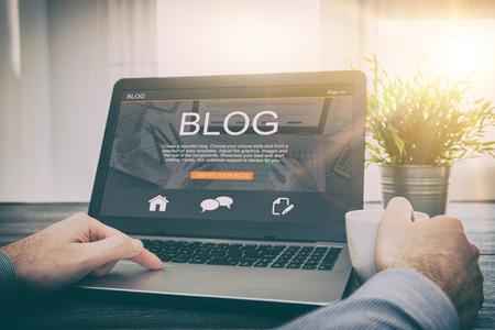 블로깅 블로그 워드 코더 노트북 페이지를 사용하여 키보드 노트북 블로거 인터넷 컴퓨터 마케팅 의견 인터페이스 레이아웃 디자인 디자이너 개념 -
