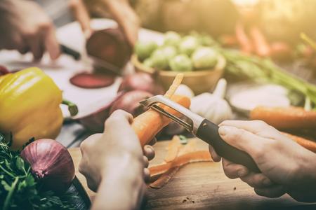 koken van voedsel keuken snijden handen man mannelijke mes verse bereiding voorbereiding van de hand tafel salad concept van koken - stock