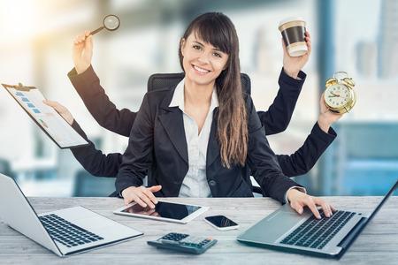 Multitarea mujer de negocios con muchas manos. Realizar varias acciones al mismo tiempo. Foto de archivo