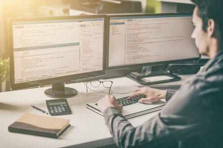 Die Entwicklung Programmierung und Codierung Technologien. Website design. Cyberspace-Konzept. Standard-Bild - 81647916