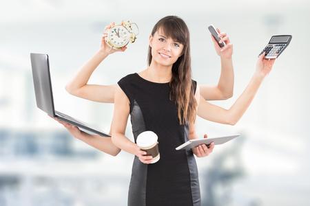 Multitarea mujer de negocios con muchas manos. Realizar varias acciones al mismo tiempo. Foto de archivo - 81390851