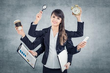 Multitarea mujer de negocios con muchas manos. Realizar varias acciones al mismo tiempo. Foto de archivo - 81700905