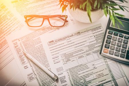 belastingaangifte formulier inkomen calculator irs individu Stockfoto