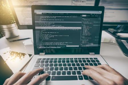 Het ontwikkelen van programmering en codering technologieën. Website ontwerp. Cyber ??ruimte concept.