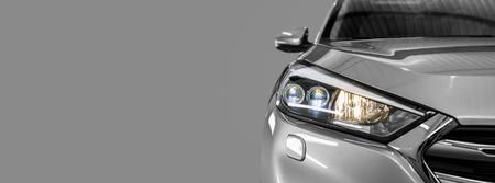Gris agrandi voiture moderne sur fond noir. Banque d'images - 82172118