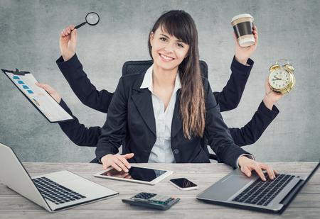 Multitask zakelijke vrouw met veel handen. Verschillende acties tegelijk uitvoeren.