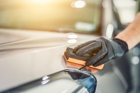 Auto Detaillierung - Man wendet Nano Schutzbeschichtung auf das Auto. Selektiver Fokus Standard-Bild - 82172130