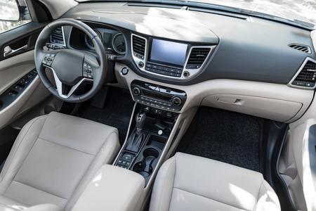 럭셔리 자동차 인테리어 - 스티어링 휠, 시프트 레버 및 계기판.