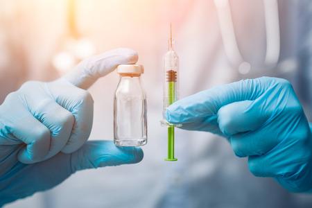 Spuit, medische injectie in de hand. Vaccinatieapparatuur met naald. Stockfoto