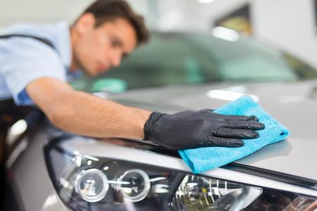 Auto Detaillierung - Der Mann hält die Mikrofaser in der Hand und poliert das Auto . Selektiver Fokus Standard-Bild - 82172174