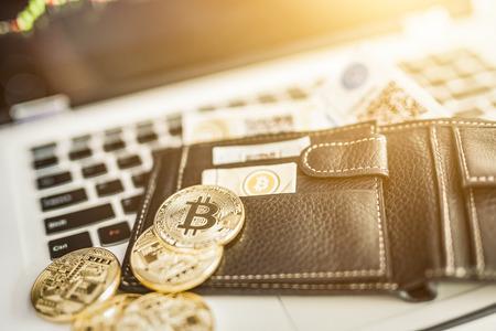 Virtuele valuta portemonnee. Bitcoin gouden munt en gedrukte versleuteld geld met QR code. Cryptocurrency concept.