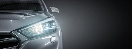 黒の背景に灰色の現代車のクローズ アップ。 写真素材