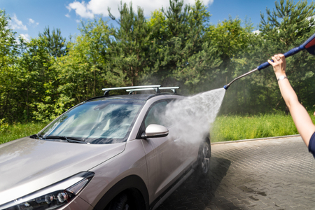 Manual car wash with pressurized water in car wash outside. 版權商用圖片 - 82769310