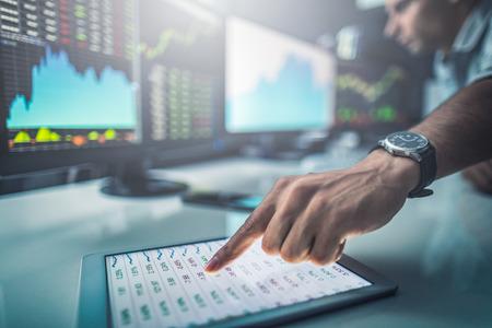 Analyser les données, les graphiques et les rapports à des fins d'investissement. Développer de nouvelles approches. Banque d'images - 82754637
