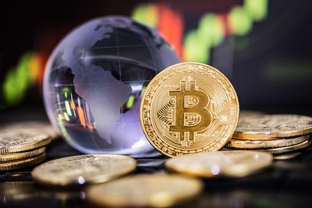 Bitcoin gouden munten en onscherpe achtergrond van de grafiek.