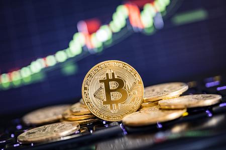 Bitcoin złota monety i nieostre tło wykresu. Koncepcja wirtualnej kryptokomizy.