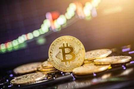 Bitcoin-Goldmünze und defocused Diagrammhintergrund. Virtuelles Kryptowährungskonzept. Standard-Bild - 83536638