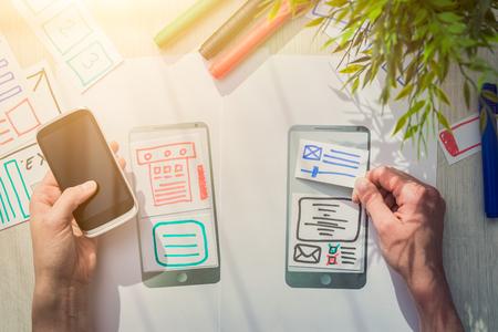 Eine Gruppe Von Menschen Designer Ein Drahtmodell Anwendung Von ...