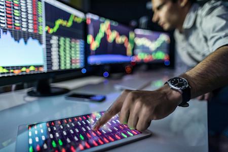 Analyser les données, les graphiques et les rapports à des fins d'investissement. Développer de nouvelles approches. photo