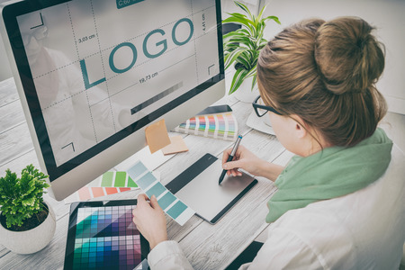 designer de marca de design de logotipo desenho gráfico desenho criatividade criativa desenhar estudando o conceito de tablet de trabalho - imagem de stock Foto de archivo