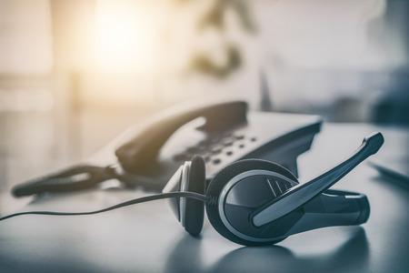Communicatie ondersteuning, callcenter en klantenservice helpdesk. VOIP-hoofdtelefoon op het toetsenbord van de laptopcomputer. Stockfoto