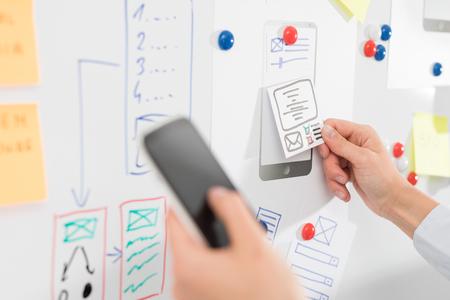 디자이너 여자 드로잉 웹 사이트 ux 애플 리케이션 개발입니다. 사용자 경험 개념.
