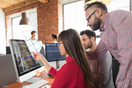 Ontwikkeling van programmerings- en coderingstechnologieën. Website ontwerp. Programmeren die werken in een software ontwikkelen bedrijfskantoor. Stockfoto - 84412898