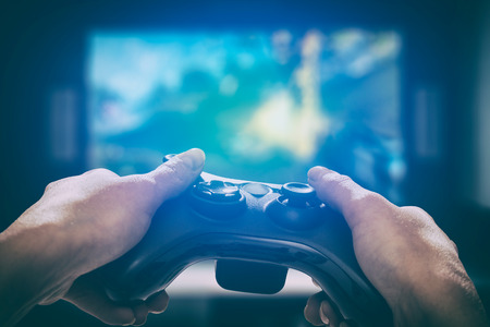 ゲームの演劇のゲーム テレビ楽しいゲーマー ゲームパッド男コント ローラー ビデオ コンソールの趣味や楽しさビュー概念 - ストック イメージを保持しているプレーヤーを再生 写真素材 - 84315881
