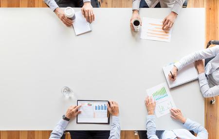 L'équipe commerciale analyse les documents financiers ou travaille sur le projet de démarrage. Le travail d'équipe et le concept de réunion. Banque d'images
