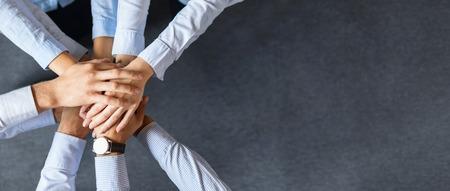 Fermer la vue sur les jeunes gens d'affaires qui se mettent ensemble. Empilement de mains. Unité et concept d'équipe.