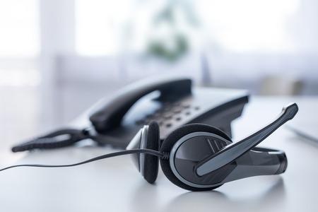Communicatieondersteuning, callcenter en klantenservice helpdesk. VoIP-hoofdtelefoon op laptop computertoetsenbord.