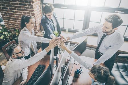 비즈니스 사람들이 팀 작업을 보여주는 행복 하 고 사무실에서 5을주는. 팀웍 개념입니다. 스톡 콘텐츠