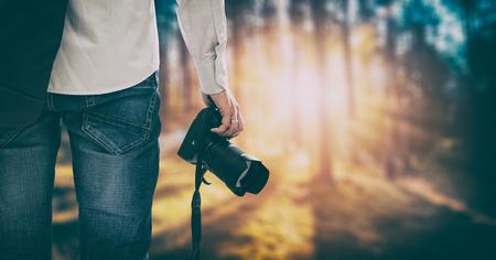 Photographe appareil photographique photo dslr personne passion Voyage photographique en plein air faire de la photographie ciel coucher de soleil espace bannière concept - image