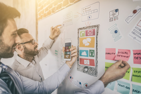 Dessinateur dessine le développement de l'application ux. Concept d'expérience utilisateur.