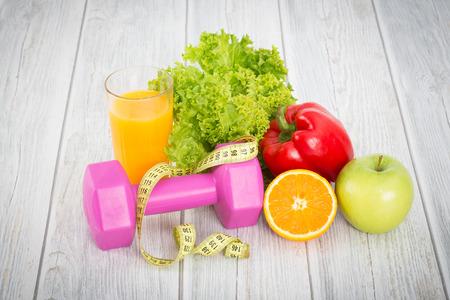 Concept de conditionnement physique avec des haltères et des aliments sains. Banque d'images