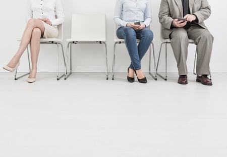huren werkgelegenheid dienst interview kandidaat inhuren benen zakelijke wachten cv vrouwen zitten wachtrij groep werkgever elegant executive blanke binnen vrouwelijke mannetje mensen collega room concept - stock