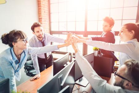 비즈니스 사람들이 팀 작업을 보여주는 행복 하 고 사무실에서 5을주는. 팀웍 개념입니다. 스톡 콘텐츠 - 84413327