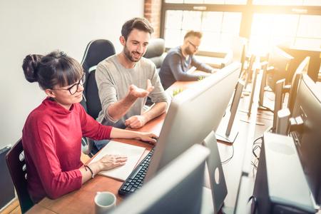 Entwicklung von Programmier- und Codiertechnologien. Website design. Programmierer arbeiten in einer Software entwickeln Unternehmensbüro.