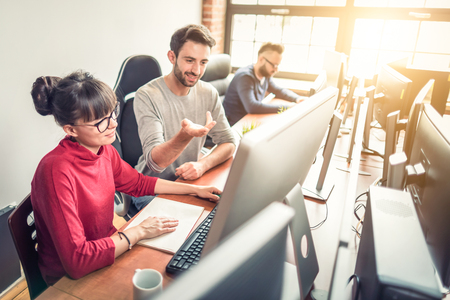 Entwicklung von Programmier- und Codiertechnologien. Website design. Programmierer arbeiten in einer Software entwickeln Unternehmensbüro. Standard-Bild