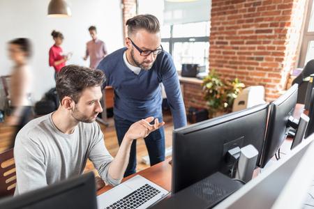 Concept de travail en équipe. Les personnes qui travaillent avec un nouveau projet de démarrage dans un loft moderne. La vie au bureau.