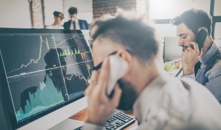 Le commerce d'investissement de l'équipe commerciale effectue cette opération en bourse. Les gens travaillent dans le bureau.