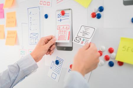 Designer Frau Zeichnung Website ux App-Entwicklung. User Experience-Konzept.