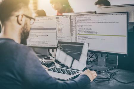 Développement de technologies de programmation et de codage. Conception du site Web. Le programmeur travaille dans un bureau de développement de logiciels.