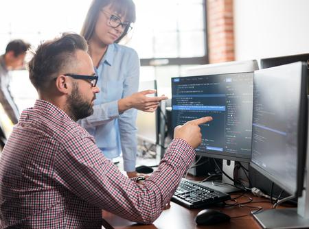 프로그래밍 및 코딩 기술 개발. 웹 사이트 디자인. 프로그래머는 소프트웨어 개발 회사 사무실에서 일하고.