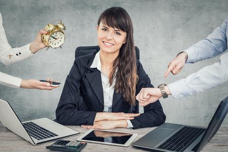 Une femme d'affaires sans stress et résistante. Soulagement au travail. Banque d'images