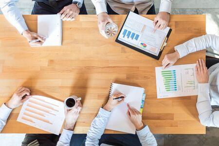 ビジネス チームの財務書類を分析またはスタートアップ プロジェクトに取り組んでいます。チームワークと会議のコンセプトです。